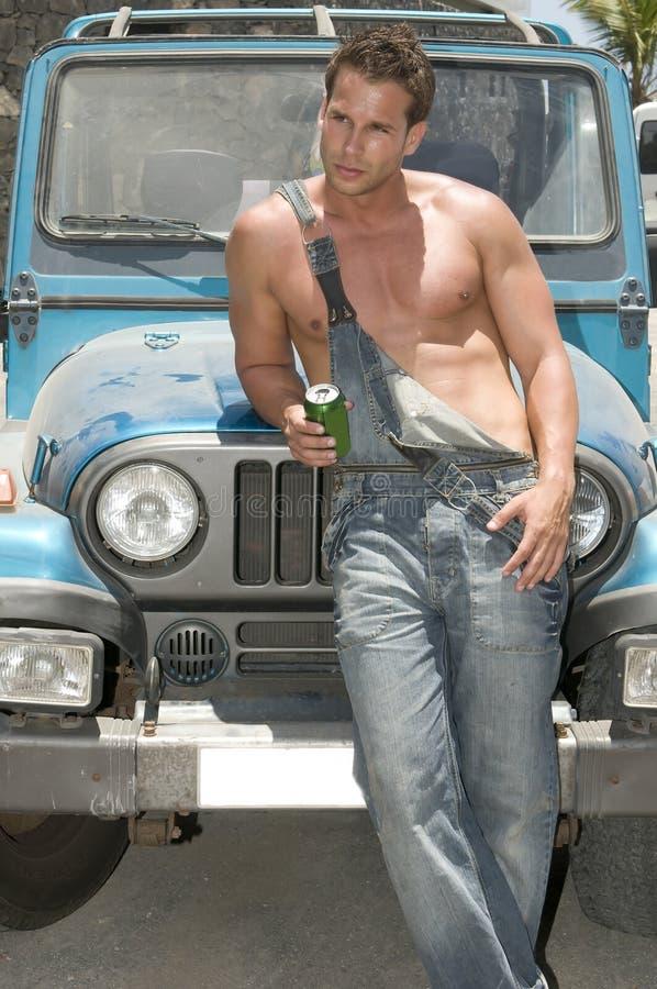 Sexy mens in een auto het drinken bier royalty-vrije stock foto's