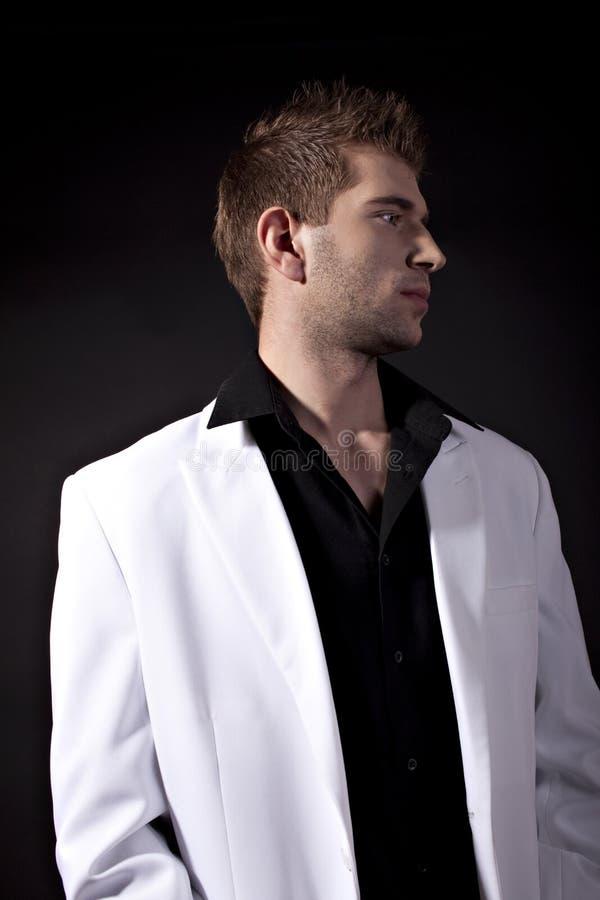 Sexy mens in wit kostuum royalty-vrije stock afbeeldingen