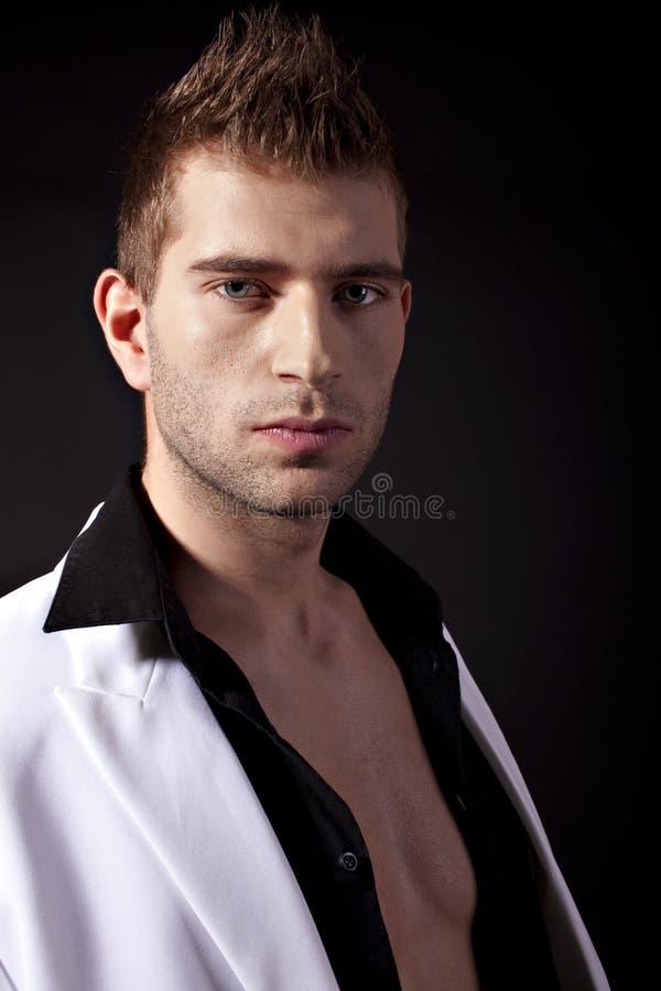 Sexy mens in wit kostuum stock afbeelding