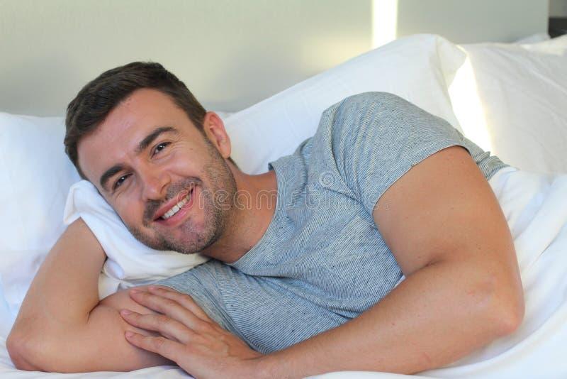Sexy mensenontwaken gelukkig in bed stock afbeeldingen