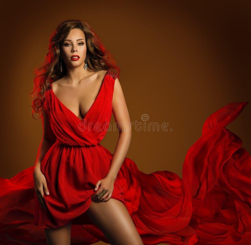 Sexy Mode-Frauen-rotes Kleid, Zauber-Schönheits-Mädchen, dynamisch lizenzfreies stockbild