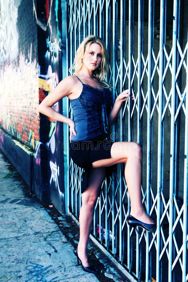 Sexy model op omheining stock foto's