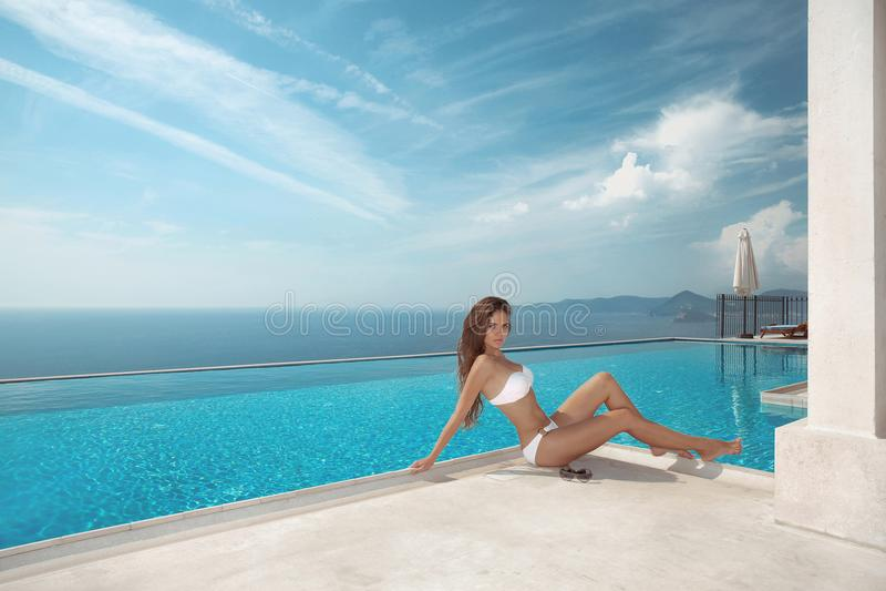 Sexy model in witte swimwear bikini De vakantie van de luxereis Bru royalty-vrije stock afbeeldingen