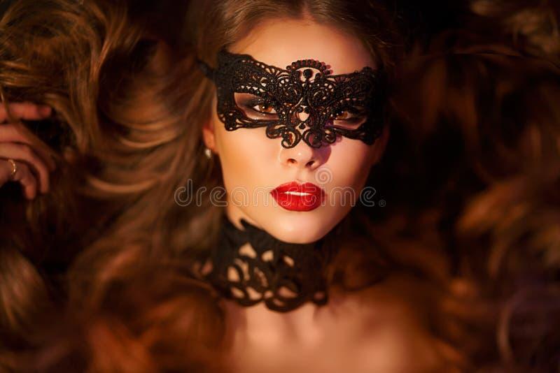 Sexy modelvrouw in het Venetiaanse masker van maskeradecarnaval royalty-vrije stock afbeeldingen