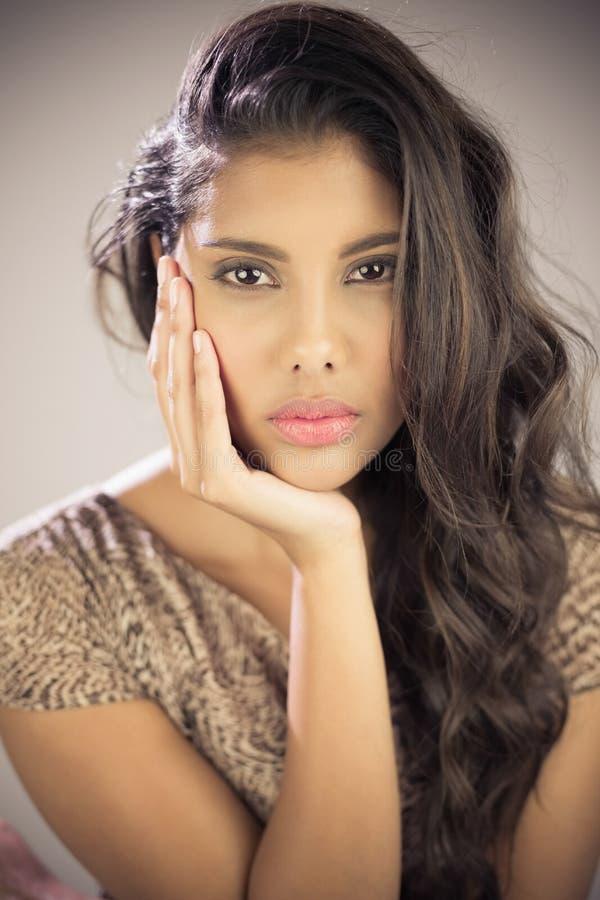 Sexy mooi brunette die camera wat betreft haar gezicht bekijken royalty-vrije stock foto