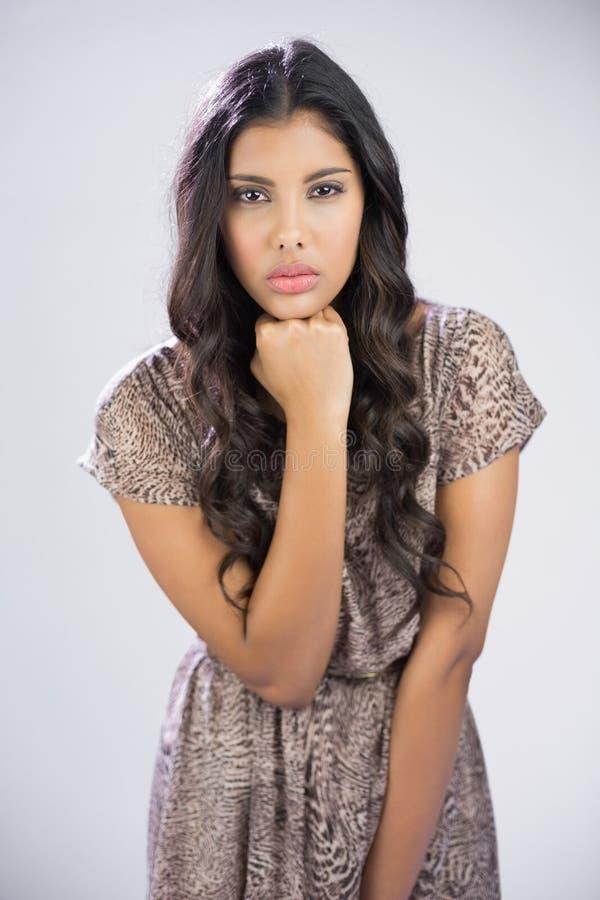 Sexy mooi brunette die camera wat betreft kin bekijken royalty-vrije stock foto