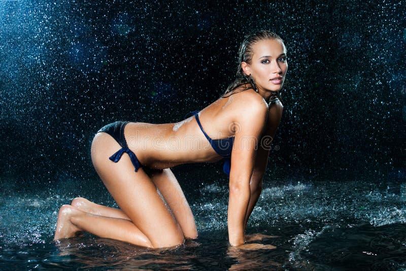 Sexy mooi meisje in het water stock afbeelding