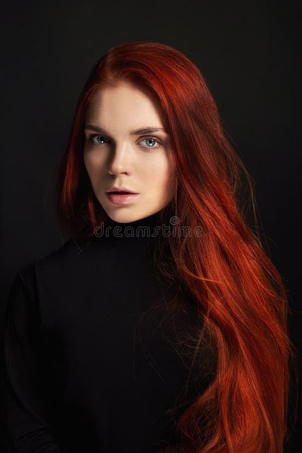 Sexy mooi roodharigemeisje met lang haar Perfect vrouwenportret op zwarte achtergrond Schitterend haar en diepe ogen Natuurlijke  royalty-vrije stock foto