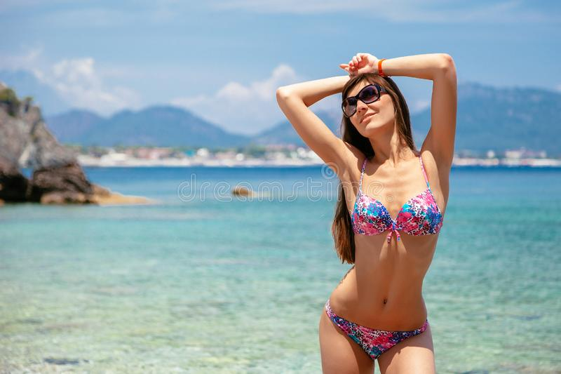 Sexy mooie vrouw in bikini en zonnebril op overzeese achtergrond Overzeese kust dichtbij Kemer, Antalya, Turkije stock afbeeldingen