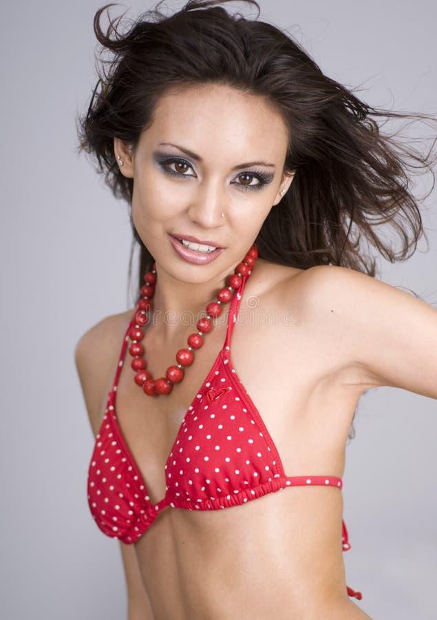 Sexy mooie vrouw die rode bikini draagt stock foto's