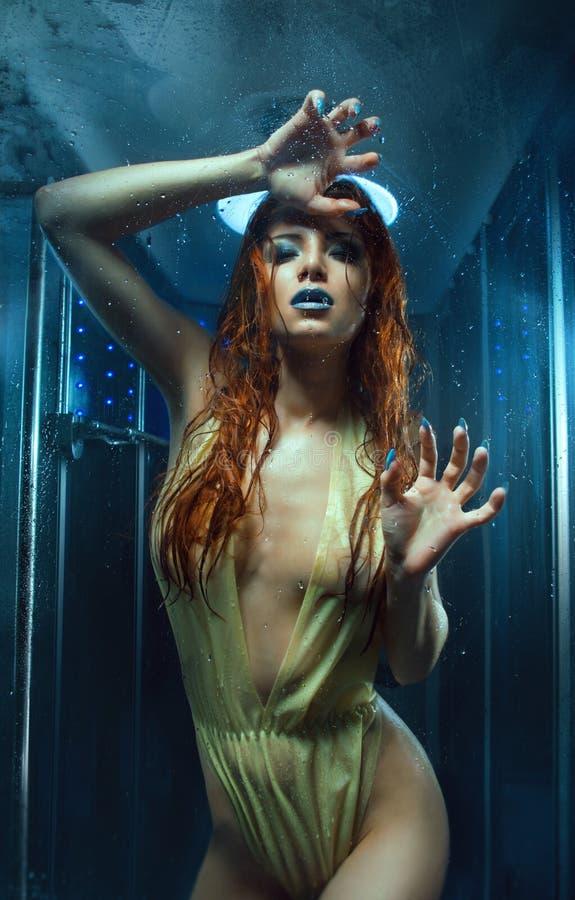 Sexy natte vrouw in de douche stock foto
