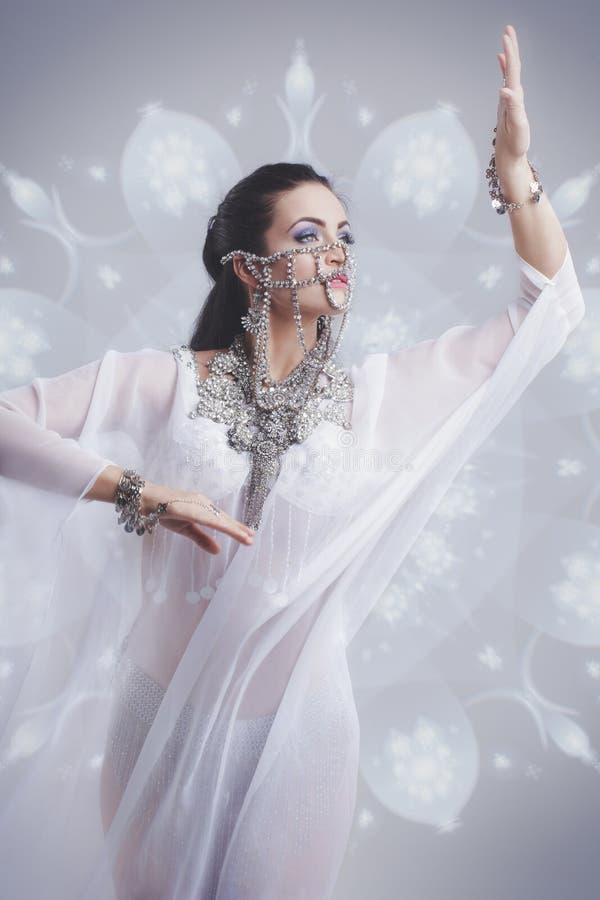 Sexy oosterse buikdanser die in zijde weil uitrusting dansen royalty-vrije stock afbeeldingen