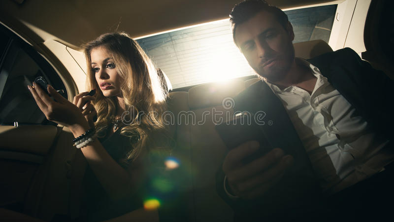 Sexy paar in de auto stock afbeeldingen