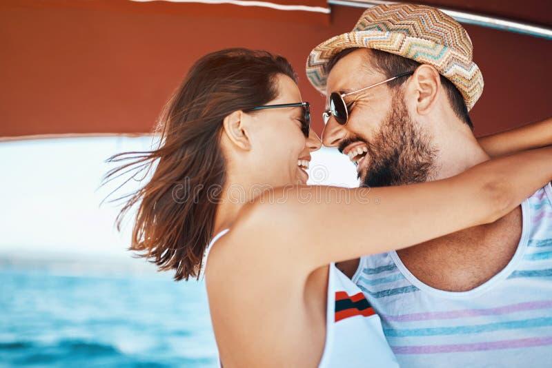 Sexy paar op de luxeboot stock foto