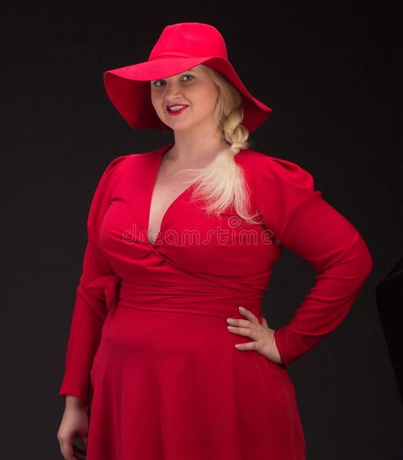 Sexy più la donna di dimensione in cappello rosso con le labbra rosse fotografie stock libere da diritti