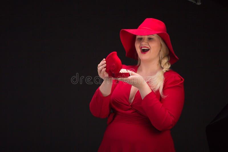 Sexy plus groottevrouw in rode hoed met rode lippen stock foto's