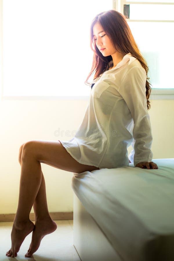 Sexy portret in uitstekende stijl Mooie vrouw in witte bathrob stock fotografie