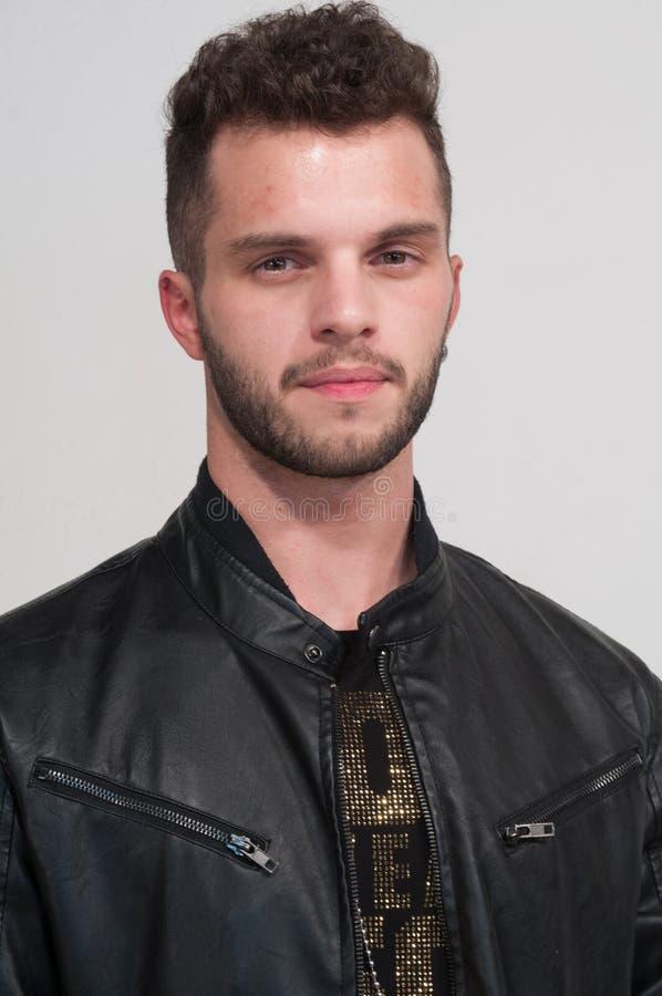 Sexy portret van jonge jongen met baard op witte achtergrond, brow stock afbeelding