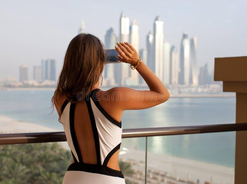 Sexy reisvrouw in zwempak die foto nemen die gebruikend s fotograferen stock afbeelding