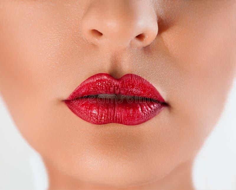 Sexy rode lippen van een vrouw stock afbeelding