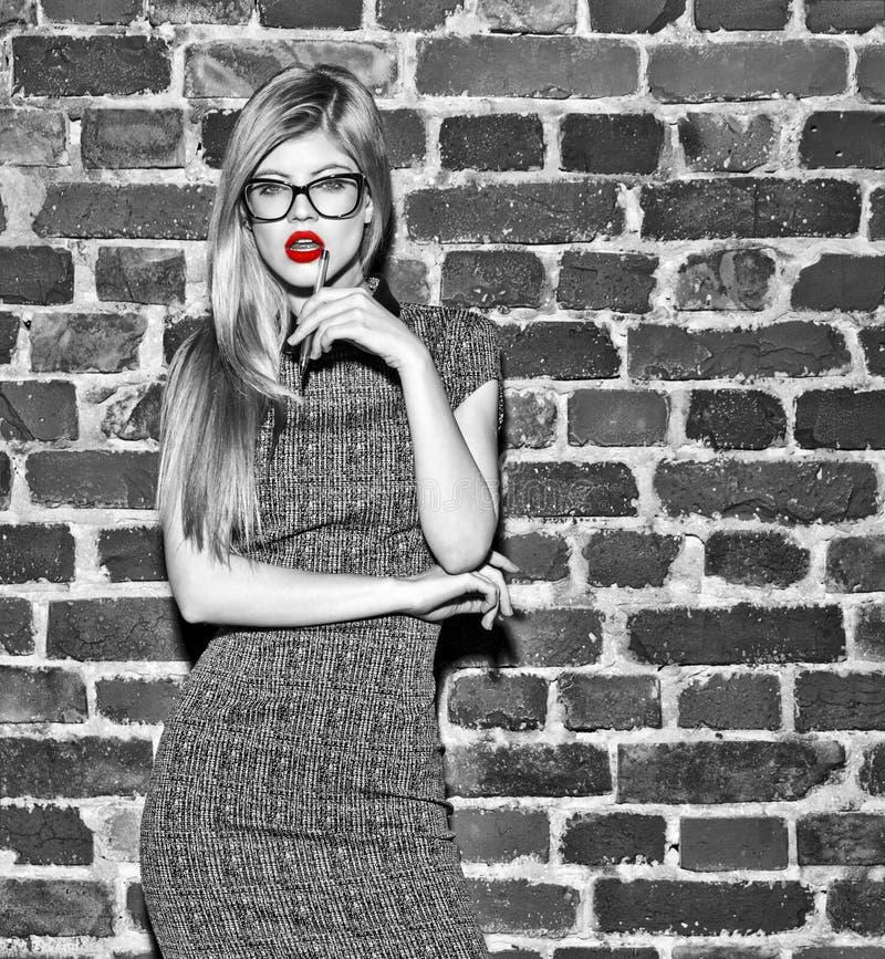 Sexy romantische vrouw met rode lippen en pen zwart-witte uitgezocht stock fotografie