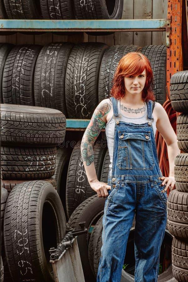 Sexy roodharigewerktuigkundige met tatoegeringen stock foto's