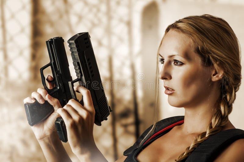Sexy schöne Frau mit Gewehren lizenzfreies stockfoto