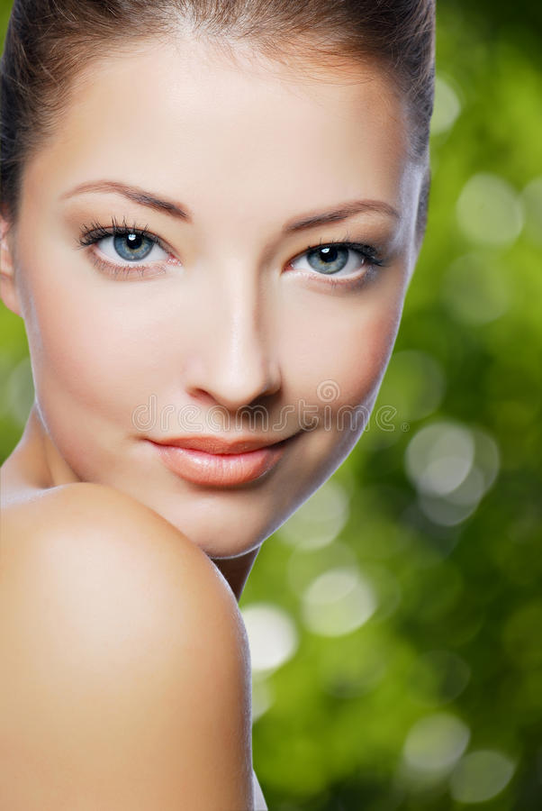 Sexy schöne junge Frau mit frischer Haut des Gesichtes lizenzfreie stockfotografie