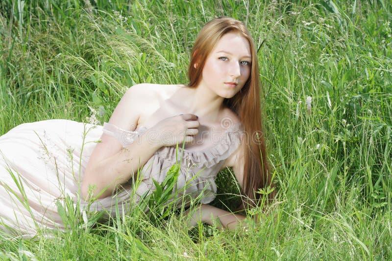 Sexy schönes gir auf Gras lizenzfreie stockbilder