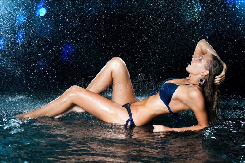 Sexy schönes Mädchen im Wasser lizenzfreie stockfotografie