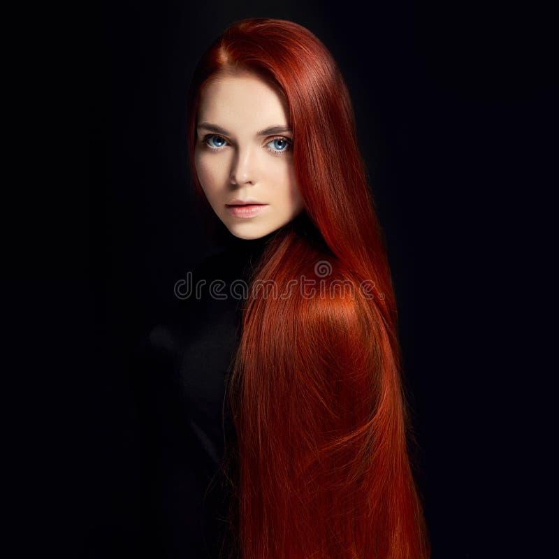 Sexy schönes Rothaarigemädchen mit dem langen Haar Perfektes Frauenporträt auf schwarzem Hintergrund Herrliches Haar und tiefe Au lizenzfreies stockbild