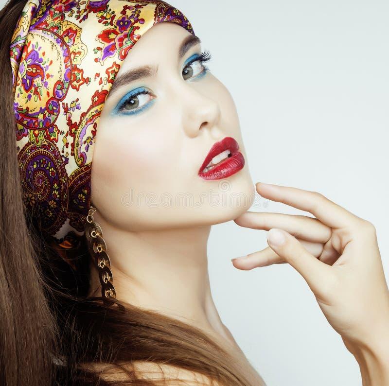 Sexy Schönheits-Mädchen mit den roten Lippen und den Nägeln lizenzfreie stockfotografie