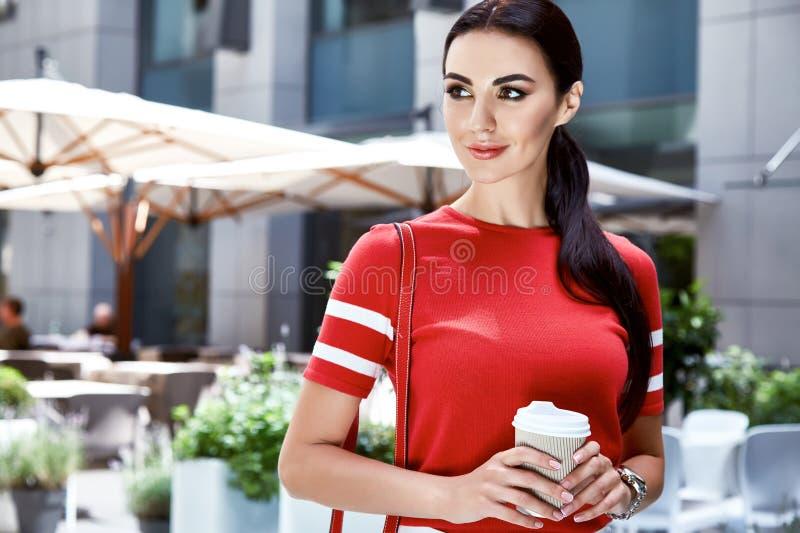 Sexy Schönheitsfrauenmodellsommerkollektion langes Brunettehaar stockbilder