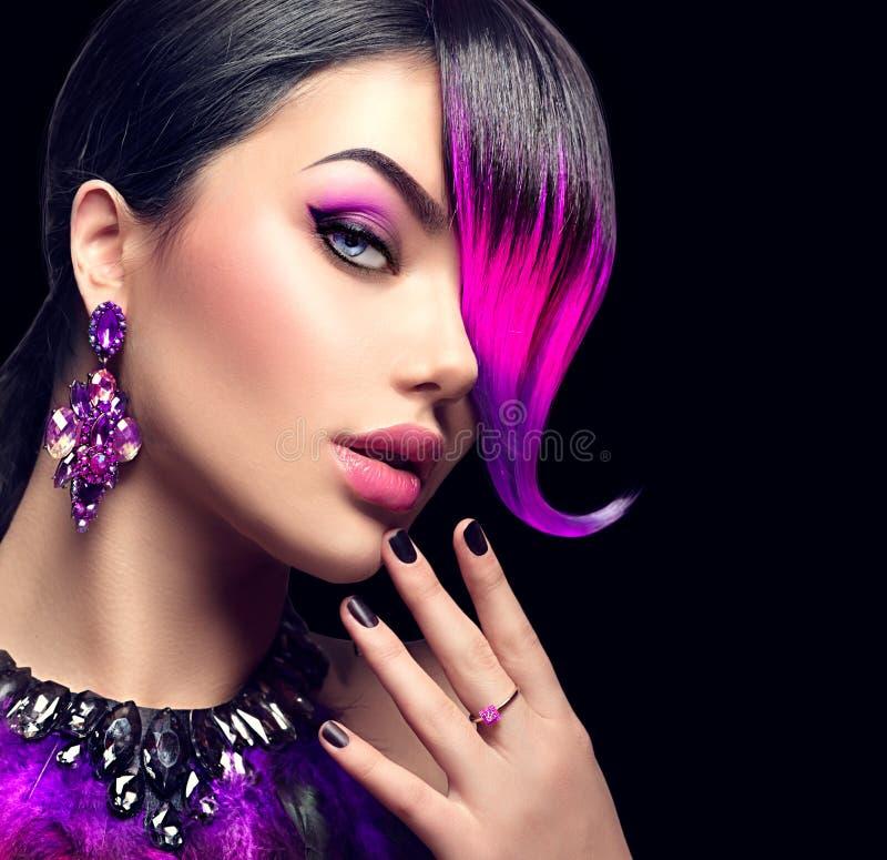 Sexy Schönheitsmodefrau mit Purpur färbte Franse stockbilder