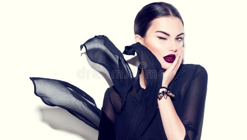 Sexy Schönheitsmodellmädchen mit den dunklen Lippen lizenzfreies stockbild