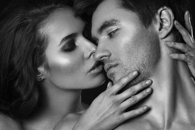 Sexy schoonheidspaar Het kussen paarportret Sensuele donkerbruine vrouw in ondergoed met jonge minnaar, hartstochtelijk paar stock foto