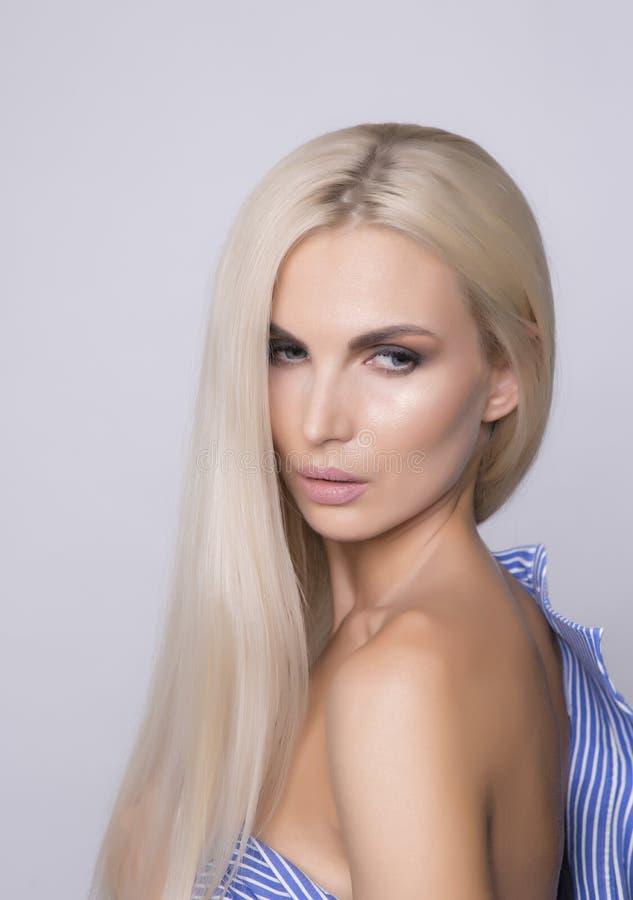 Sexy schouder met zachte gelooide huid Platinablonde recht Ha stock afbeeldingen