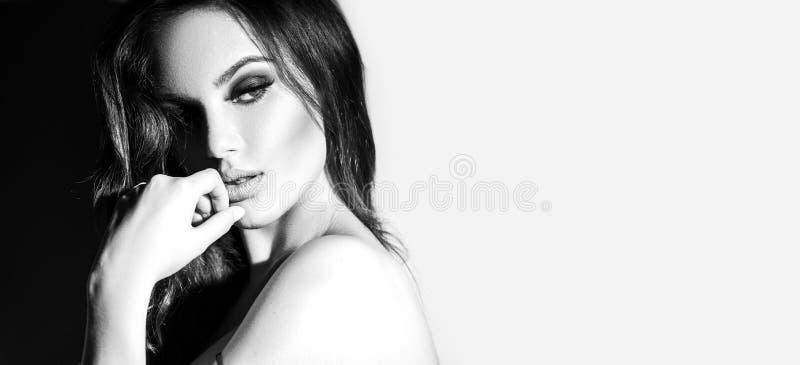 Sexy Schwarzweiss-Porträt der jungen Frau Verlockende junge Frau mit dem langen Haar lizenzfreies stockfoto