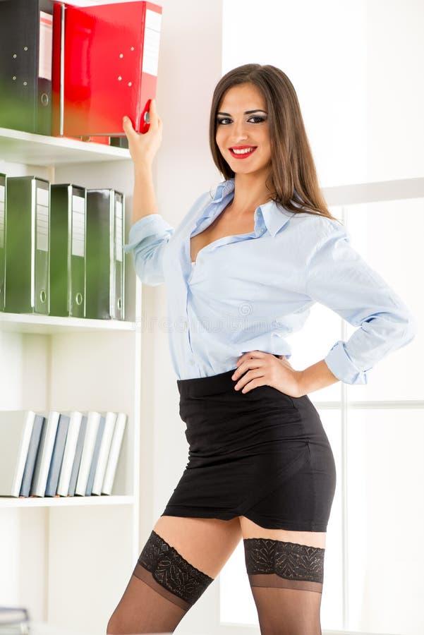 Sexy Secretaresse With Binders stock afbeelding