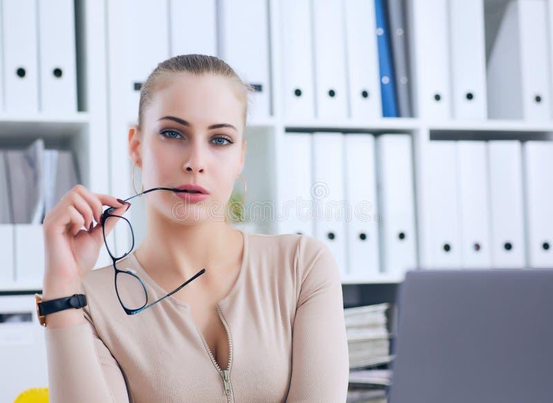 Sexy Sekretär in den Gläsern zieht sich im Büro, im Flirt und im Wunsch aus Büroprovokation lizenzfreies stockbild