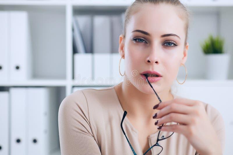 Sexy Sekretär mit Gläsern in der Hand zieht sich im Büro, im Flirt und im Wunsch aus Büroprovokation lizenzfreies stockfoto