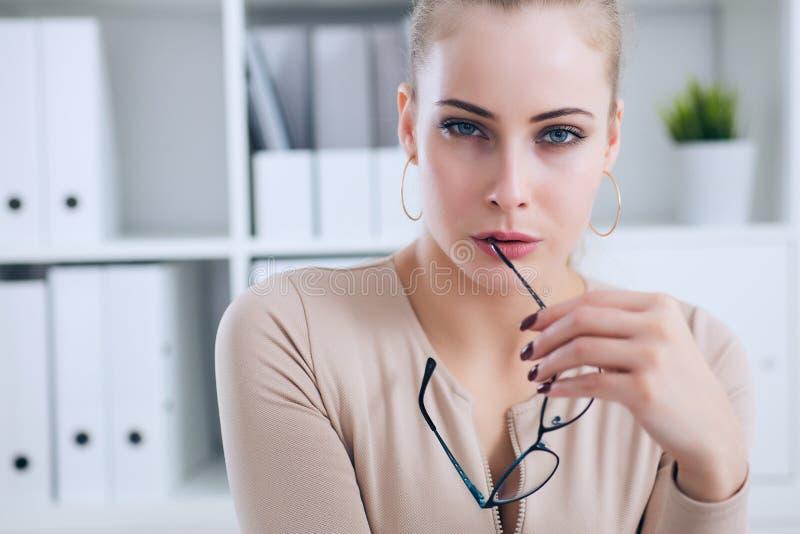 Sexy Sekretär mit Gläsern in der Hand zieht sich im Büro, im Flirt und im Wunsch aus Büroprovokation lizenzfreie stockfotografie