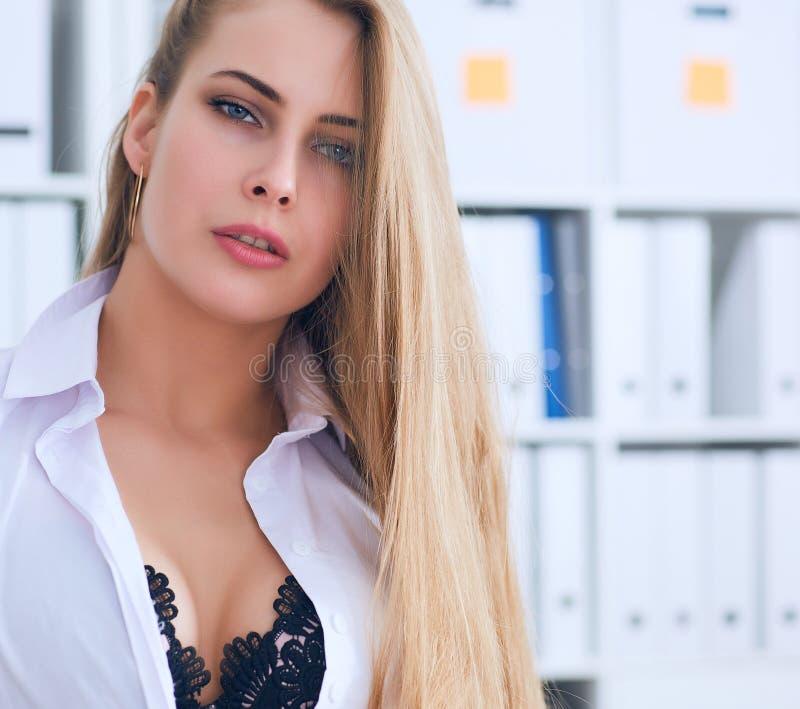Sexy Sekretär zieht sich im Büro, im Flirt und im Wunsch aus Büroprovokation stockbilder
