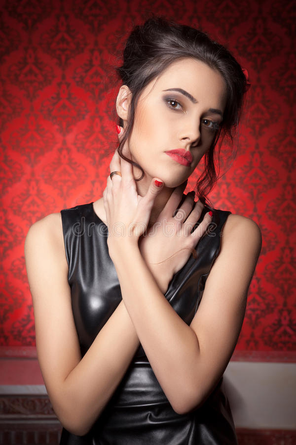 Sexy sensuele vrouw op rode uitstekende achtergrond royalty-vrije stock foto's