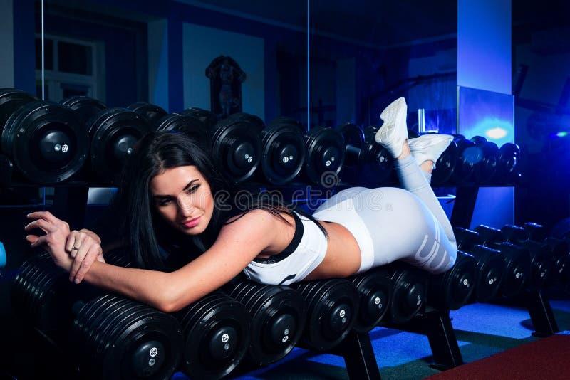 Sexy slank donkerbruin Vrouw of meisje in sportenlegings en bovenkanten i royalty-vrije stock afbeelding