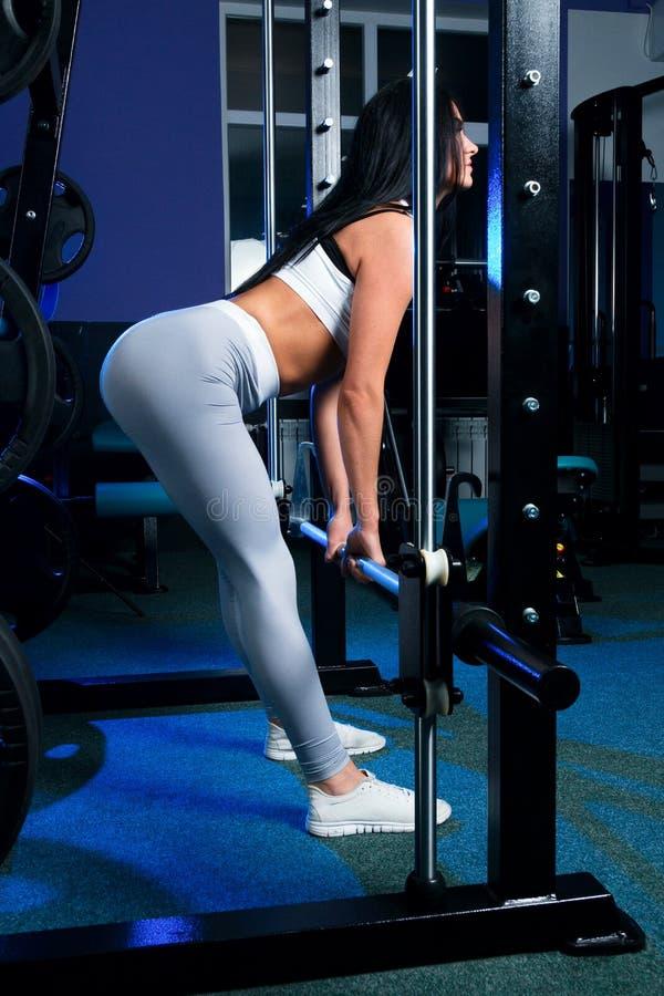Sexy slank donkerbruin Vrouw of meisje in sportenlegings en bovenkanten i stock foto