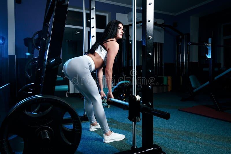 Sexy slank donkerbruin Vrouw of meisje in sportenlegings en bovenkanten i stock foto's