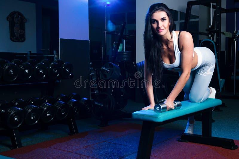 Sexy slank donkerbruin Vrouw of meisje in sportenlegings en bovenkanten i royalty-vrije stock fotografie