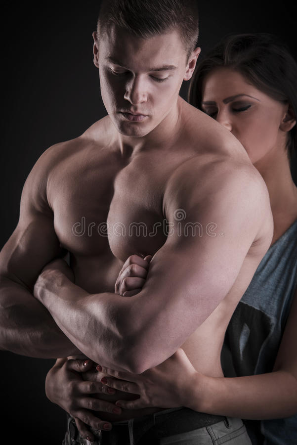 Sexy spier naakte mens en vrouwelijke handen stock afbeelding