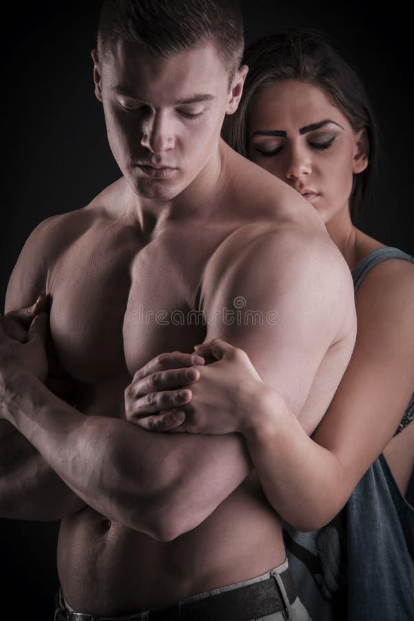 Sexy spier naakte mens en vrouwelijke handen stock afbeeldingen